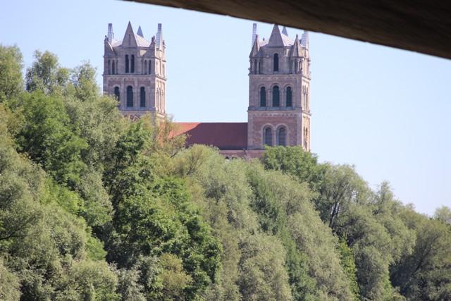 St. Maximilian – Sicht von unterhalb der Brücke