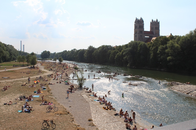 Fare il bagno nel fiume Isar