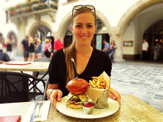 Die Münchner Bloggerin Bianca Murthy mit ihrem Gewinnerburger (© Biancas Blog / Bianca Murthy)