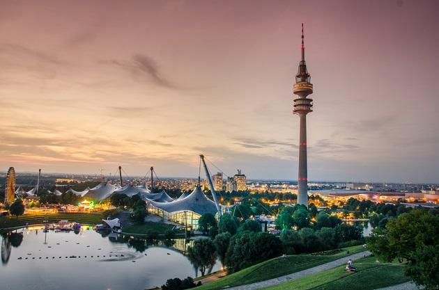 Olympiapark in München bei Sonnenuntergang